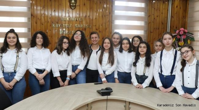 Sansev'de Ödül Alan Öğrenciler Başkan Köse'yi Ziyaret Etti
