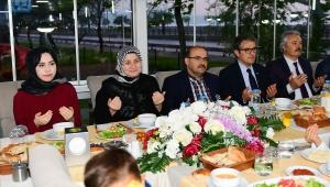 Vali Ustaoğlu ve Eşi Şenay Ustaoğlu Sevgi Evlerinde Kalan Çocuklarla İftar Yaptı