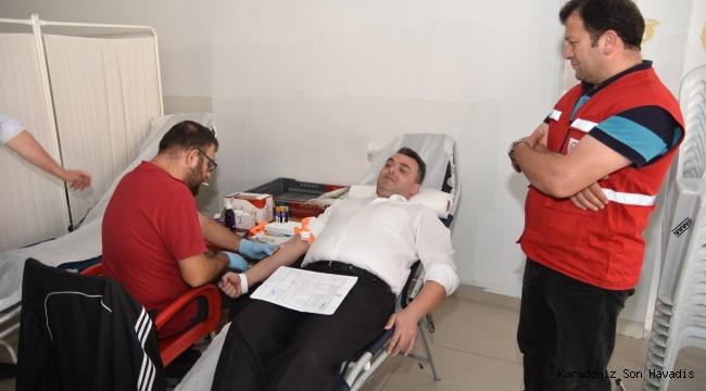 Başkan İshak Sarı, AK Parti Karasu İlçe Teşkilatı ile Birlikte Kızılay'a Kan Bağışında Bulundu.