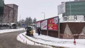 Kar Temizleme Çalışmaları Okul Bahçelerinde de Devam Ediyor