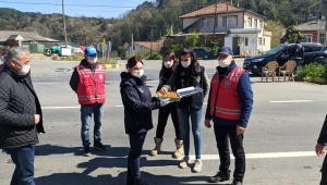 Kdz. Ereğli'de görevi başında olan polislere Belediye tatlı ikramında bulundu.