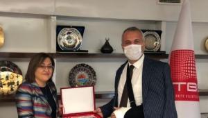 Başkan Babaoğlu hibe aracı Fatma Şahin'den teslim aldı