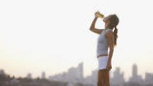 Spor sonrası kaybedilen enerjiyi meyve suyu içerek kazanın