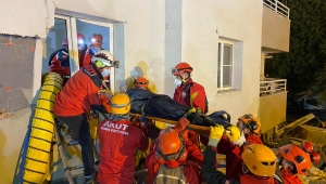 AKUT, enkaz altından 9 kişiyi kurtardı