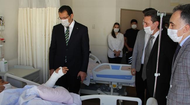 Ali İhsan Yavuz, trafik kazasında yaralanan 2 polisi hastanede ziyaret etti.