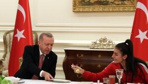 Cumhurbaşkanı Erdoğan millî sporcularla, iftar yemeğinde bir araya geldi