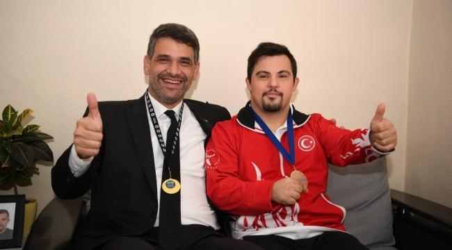 Mustafa Kocaman, şampiyonu evinde ziyaret etti