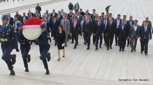 Cumhur İttifakı'nın İzmir'de seçimleri kazanan 5 belediye başkanı, Anıtkabir'i ziyaret etti
