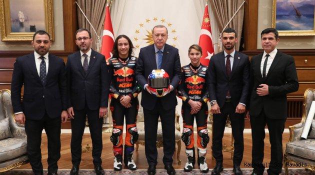 Cumhurbaşkanı Erdoğan, millî motosikletçiler Can ve Deniz Öncü kardeşleri kabul etti