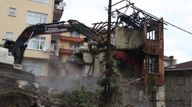 Rize' de terkedilmiş bina kontrollü yıkıldı
