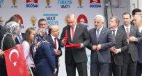 Erdoğan, Eren'in ailesine yeni  evlerinin anahtarını teslim etti